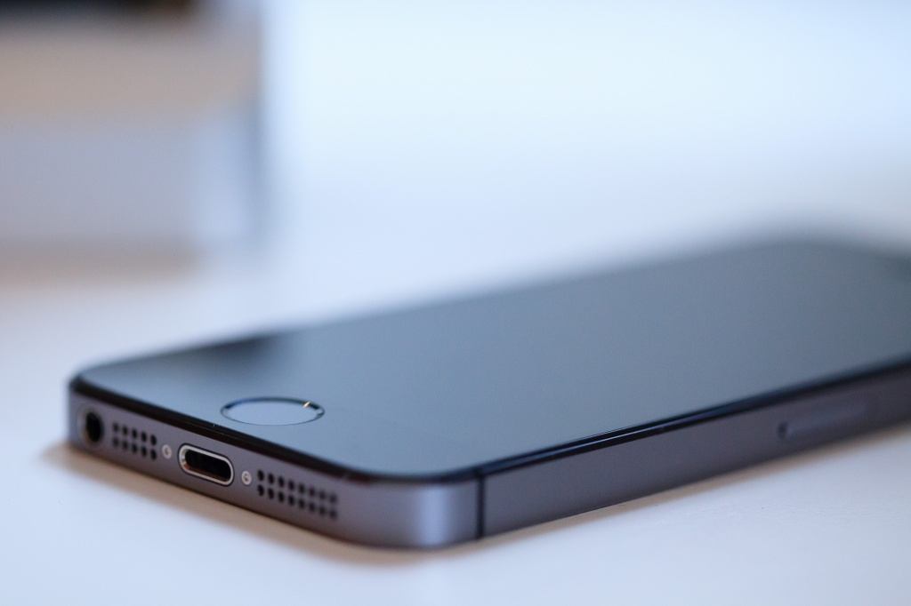 _New_Iphone_5S_space_gray_color_is_on_a_white_table_046176_.jpg